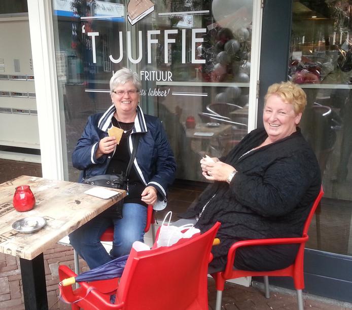 Marie van Bergen (l) en Gerrie van Berkel (r) genieten weer van hun oude vertrouwde wafel.