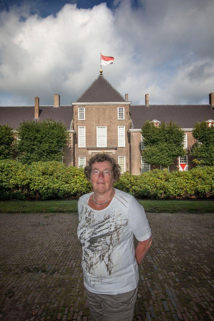 Klaasje Douma voor het kasteel in Heeze dat haar inspireerde voor haar studie.