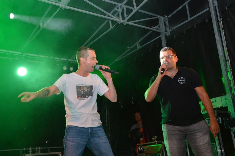 Sam Gooris en organisator Jeroen Wiggeleer 'dj Franzke' zingen 'Laat het gras maar groeien' op het Atoms campingconcert.