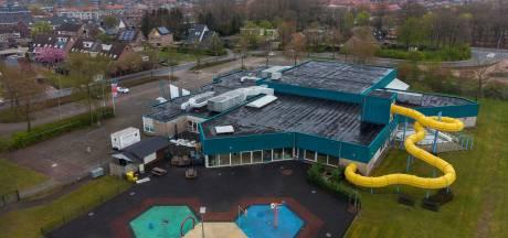 Noodlijdend zwembad in Wezep krijgt voor bijna een ton aan zonnepanelen op het dak