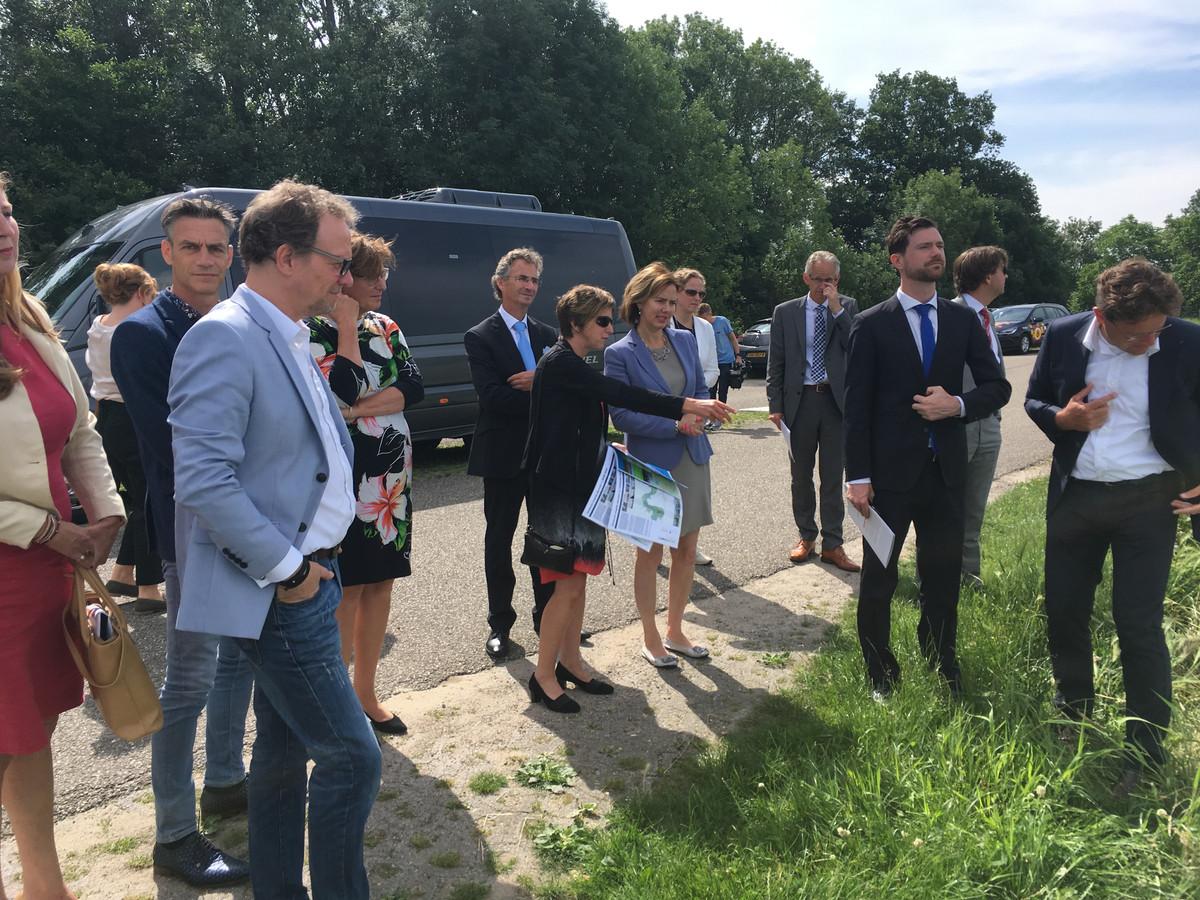 Minister Cora van Nieuwenhuizen (blauw jasje) bezocht projectgebied Meanderende Maas.