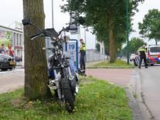 Scooterrijder gewond naar het ziekenhuis door botsing met auto in Veenendaal
