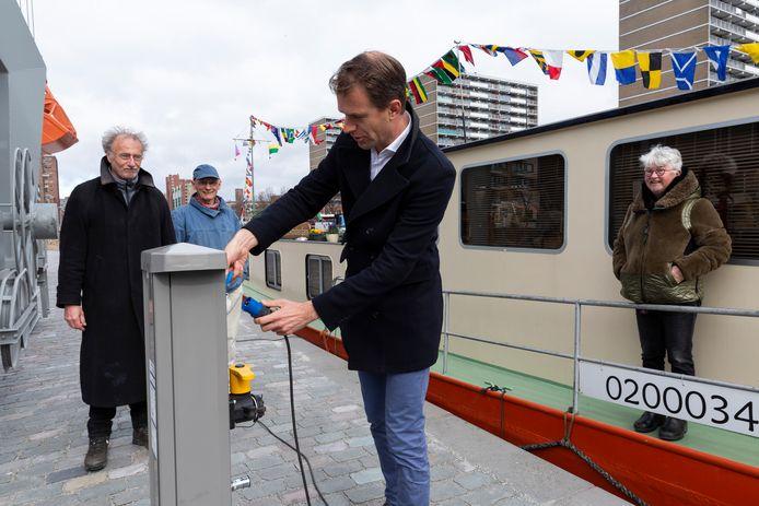 Wethouder Hilbert Bredemeijer opent de schepencarrousel aan de Calandkade.