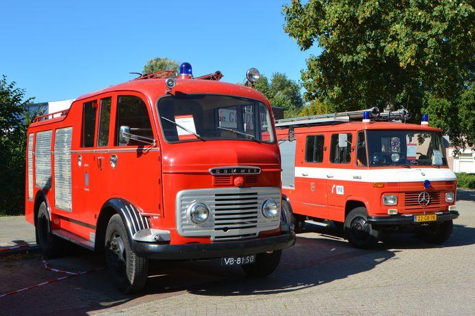 De Commer (links) en de Mercedes (rechts) zijn de voormalige brandweerauto's op Landgoed Vrederust. Ze staan nu in een museum.