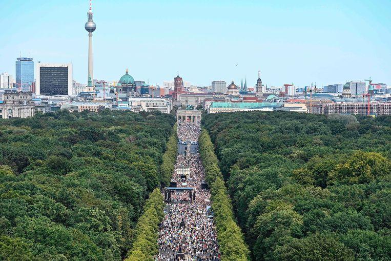 Demonstratie tegen de coronamaatregelen in het centrum van Berlijn, vlak bij de Brandenburger Tor. Beeld AFP