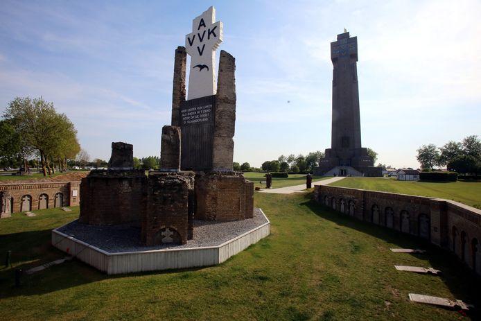 Vooraan wat overblijft van de eerste toren, en op de achtergrond de huidige IJzertoren, die 84 meter hoog is.
