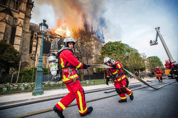 Franse brandweerlieden zetten alles op alles om de schade aan de Notre-Dame zoveel mogelijk te beperken