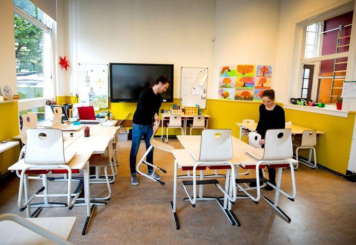 Kunnen maandag de stoelen weer van de tafels? Basisscholen wachten in spanning het advies af van het KNMI over wel of niet verlengen van de code rood.