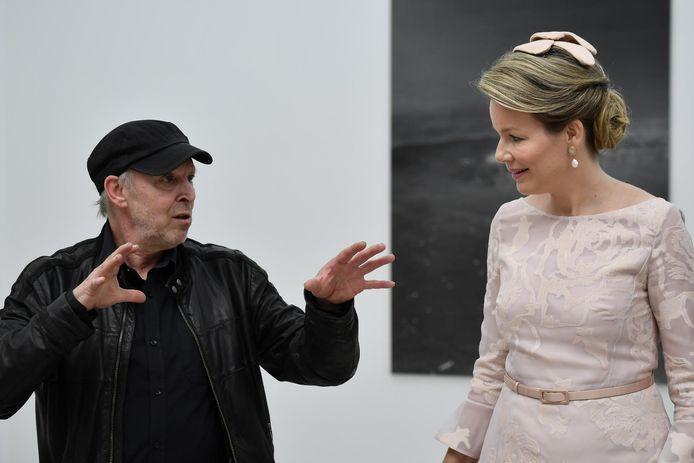 Dirk Braeckman op de Biënnale van 2017 in Venetië, hier in gesprek met koningin Mathilde.