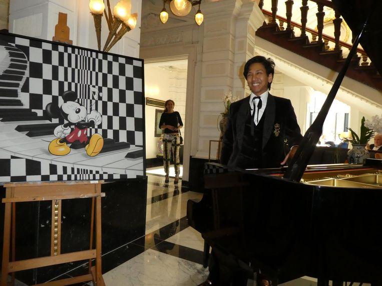 Mickey Mouseliefhebber Wibi Soerjadi opent de expo. Het schilderij, de art print dan, krijgt hij mee naar huis. Beeld Hans van der Beek