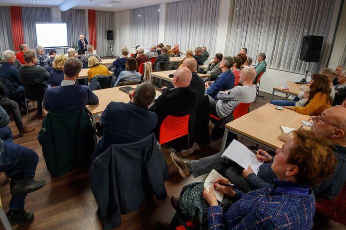 Volle bak in buurthuis Kalsdonk, waar ongeveer 80 omwonenden op kwamen dagen voor een informatieavond van actiecomité CA58.nl over de plannen voor een megadistributiecentrum op het voormalige Philipsterrein in Roosendaal.