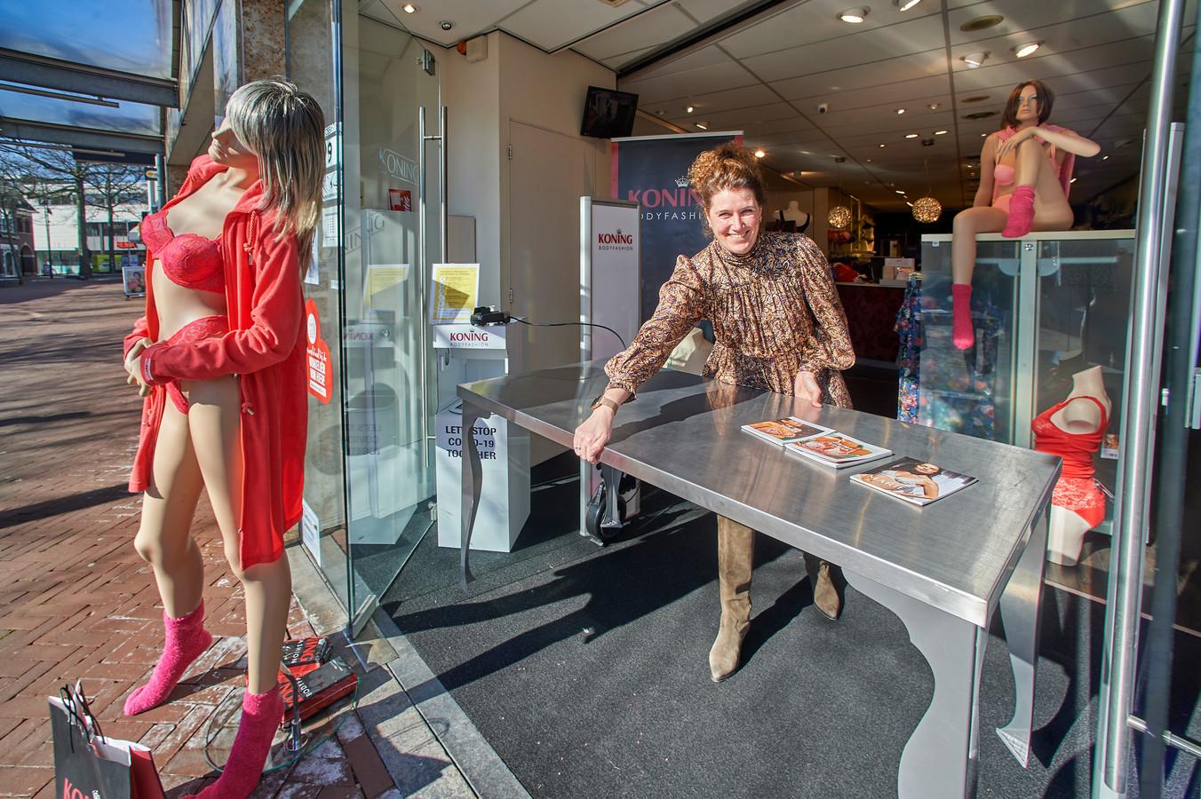 Pleun Wagemakers maakt de winkel van Koning Bodyfashion aan het Walplein in Oss weer in orde om klanten te ontvangen. De tafel voor afhalen kan weg, klanten kunnen nu een afspraak maken voor een bezoek.