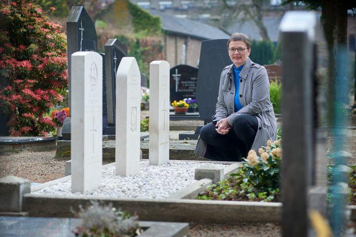 Hetty van de Tillaart is de nieuwe consul in Meierijstad. Hier op de foto bij de oorlogsgraven op het kerkhof bij de Lambertuskerk in  Veghel.