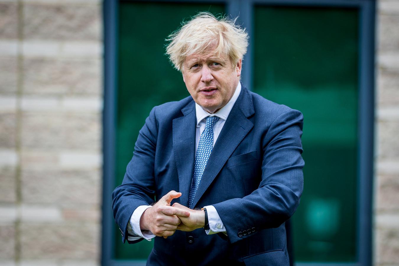 Critici zijn van mening dat het veranderende beleid van premier Boris Johnson een poging is om de aandacht af te leiden van zijn aanvankelijk trage reactie op het coronavirus.