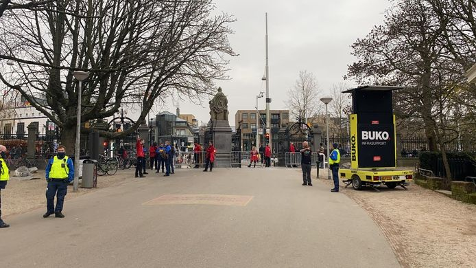 De hoofdingang van het Vondelpark blijft afgesloten. Mensen mogen enkel het park verlaten.
