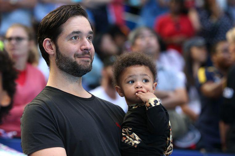 Alexis Ohanian met zijn dochter, vorig jaar op de Australian Open. Beeld Getty Images