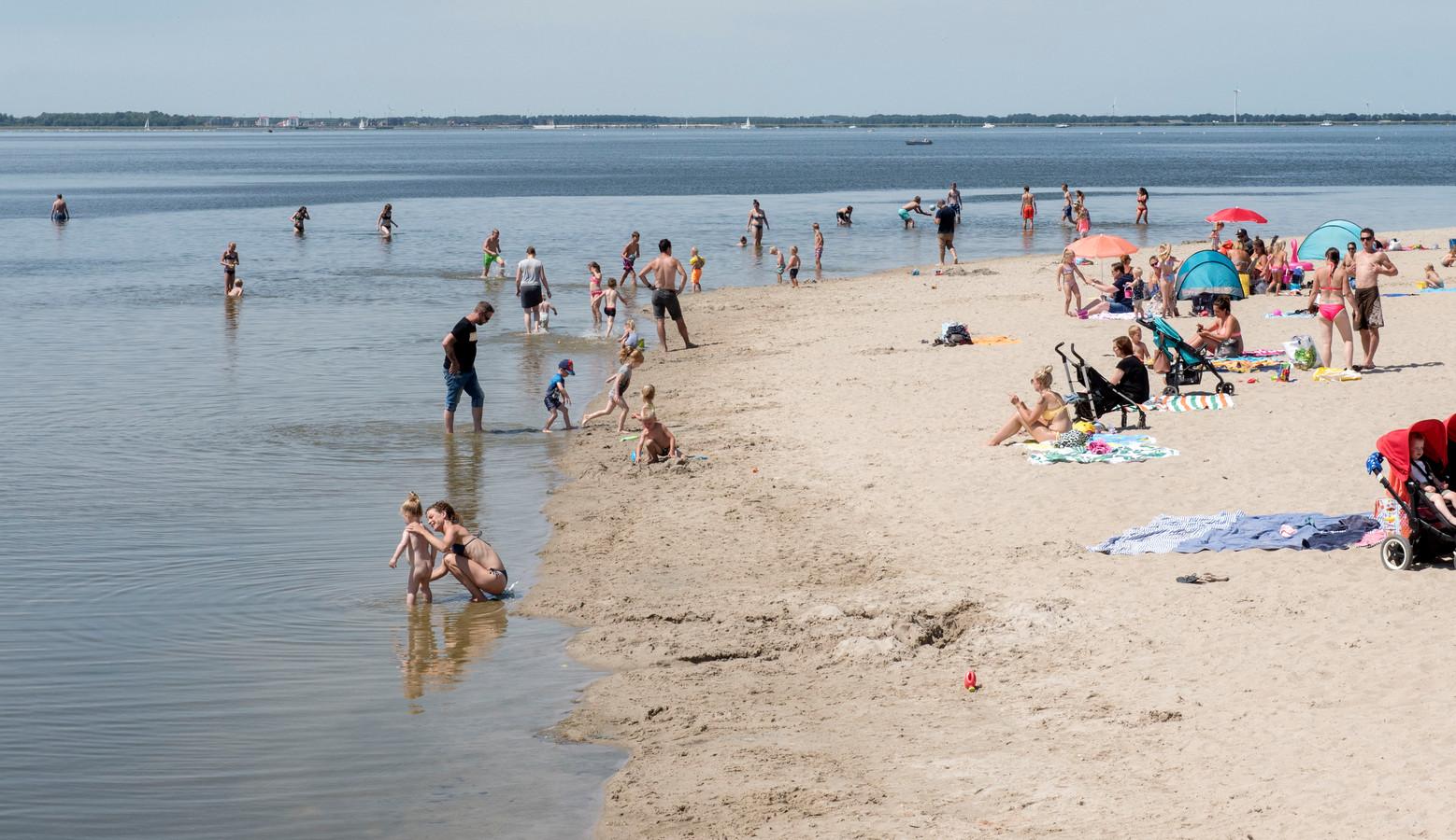 Bij het Strandeiland in Harderwijk kan nog prima worden gezwommen.