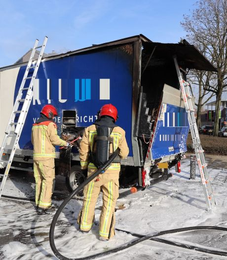 Wagen vliegt spontaan in brand in Eindhoven