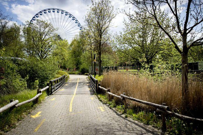Looprichtingen in pretpark Walibi Holland. Als onderdeel van de tweede stap in het openingsplan van het kabinet kunnen attractieparken op 19 mei onder voorwaarden weer open, maar Walibi gaat dit nog niet meteen doen.