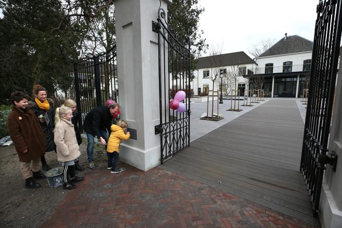 Met zijn vrouw Nicole Prinsen en hun vier kinderen plaatste Jos Betting donderdagmiddag de 'laatste steen' in het nieuwe hek bij het vestingpark. De herbestemming van Sint Bernardus in Bredevoort is bijna afgerond.