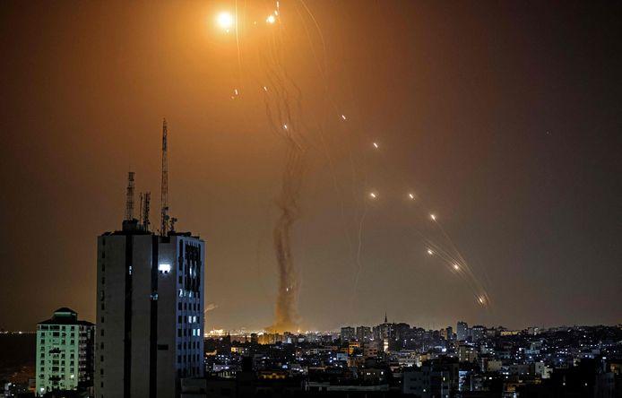 Il sistema di difesa israeliano intercetta i missili lanciati dalla Striscia di Gaza.