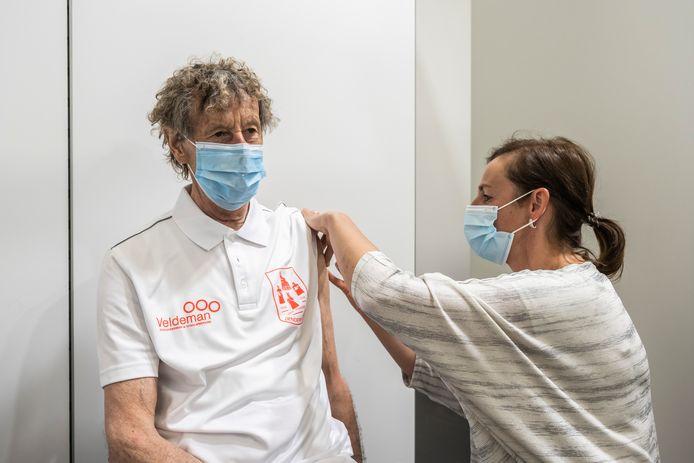 Gustaaf Mannaert krijgt zijn vaccin.