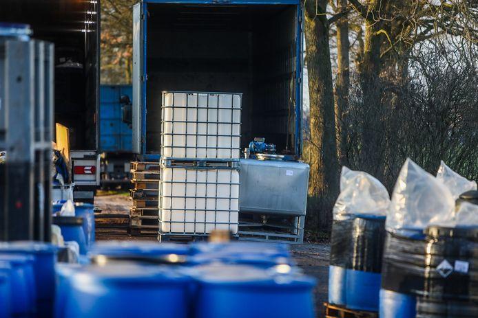 In een loods en een zeecontainer in Someren stond een enorme hoeveelheid drugsgrondstoffen en - afval. Met daarnaast ook nog eens een flink aantal wapens