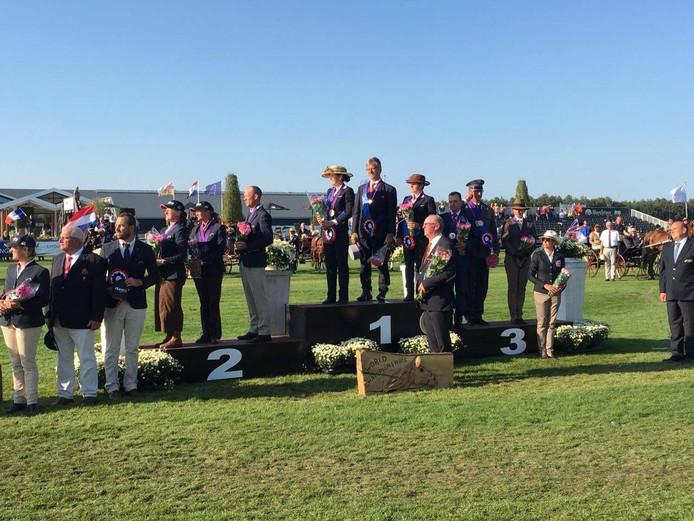 Het Nederlandse team met Van der Doelen op de hoogste podiumplek