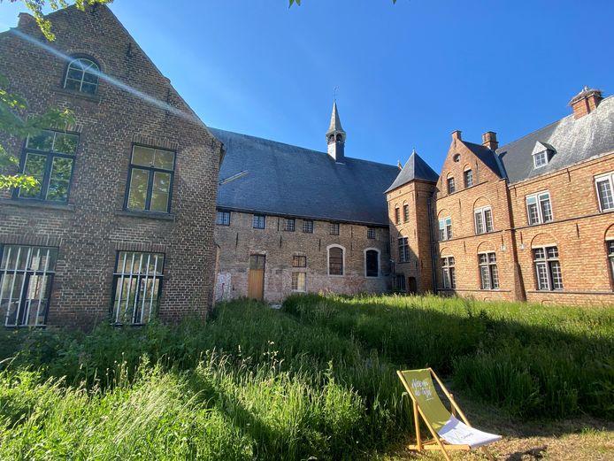 Het indrukwekkende Sint-Janshospitaal en de tuin krijgen deze zomer een invulling als erfgoedlab.
