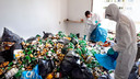 De schoonmaakploeg is druk bezig met de schoonmaak van de ernstig vervuilde woning van een verward persoon