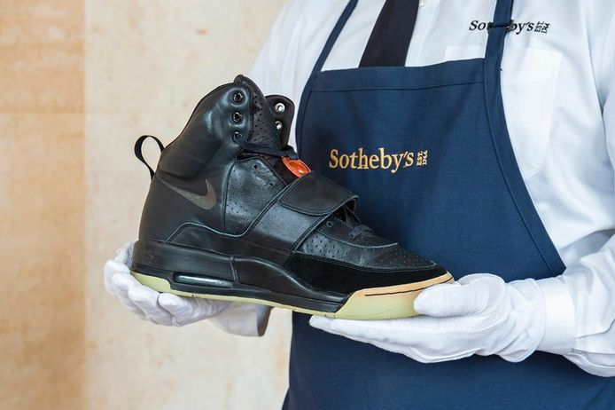 Een Eindhovenaar werd beroofd van gympen van 800 euro. Duur? Het kan altijd duurder. De Air Yeezy 1 sneakers die rapper Kanye West in 2008 droeg bij de Grammy Award worden geveild voor waarschijnlijk ruim een miljoen dollar.