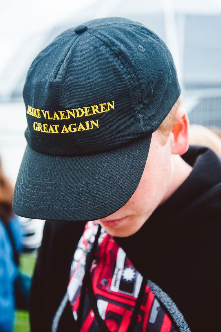 Sommige Vlaams-nationalistische jongeren droegen op Pukkelpop, behalve de strijdvlag, ook een bijbehorend trumpiaans petje. Beeld Francis Vanhee