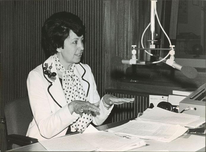 Ruim veertig jaar lang maakte Lutgart Simoens verschillende radio- programma's voor de openbare omroep, al zal ze vooral herinnerd worden voor 'Vragen staat vrij'.