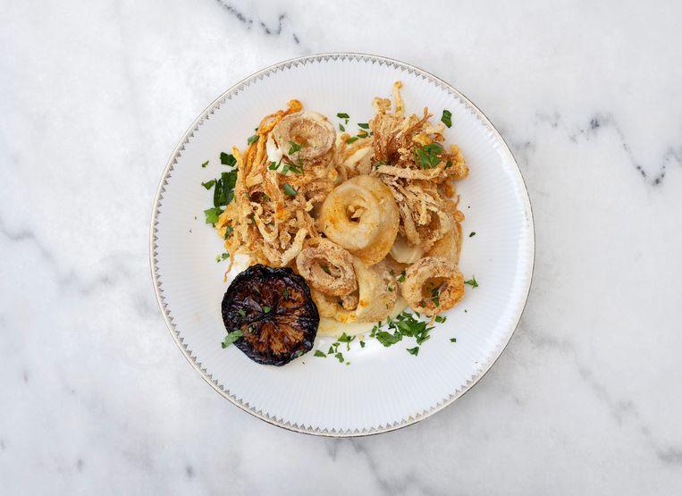 De 'calamari fritti' van oesterzwammen, eryngii en enoki zijn verkleed als ringetjes en gepekeld in zout water met kombu voor zeeïge smaak. Beeld Els Zweerink