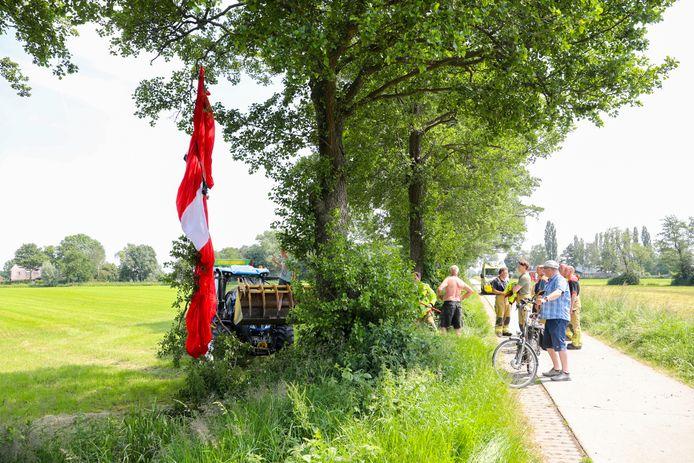 Een parachutiste belandde vanmiddag in een boom op de Nieuwe Wetering in Beemte-Broekland