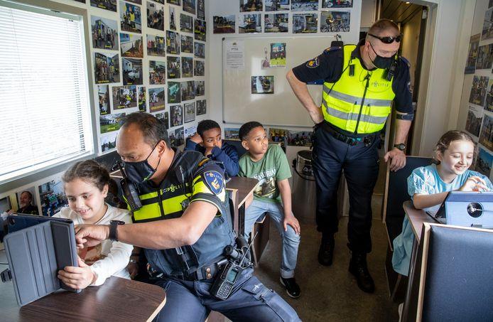 Wat is er mooier dan gamen in een politie-vrachtauto. Op het Fitrfeest, zaterdag in de speeltuin aan de Van der Hagenstraat in Ede, kon dat. En échte politiemannen hielpen de kinderen.