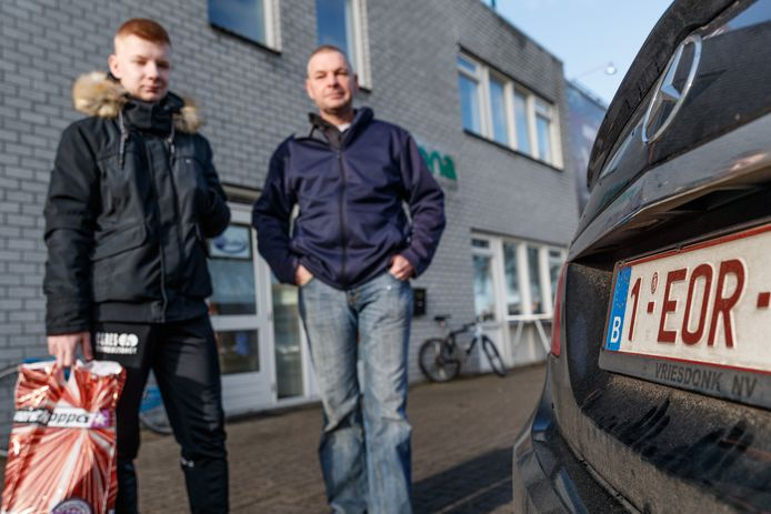 Belgische klanten bij vuurwerkhandel Vesta in Roosendaal, vorig jaar.