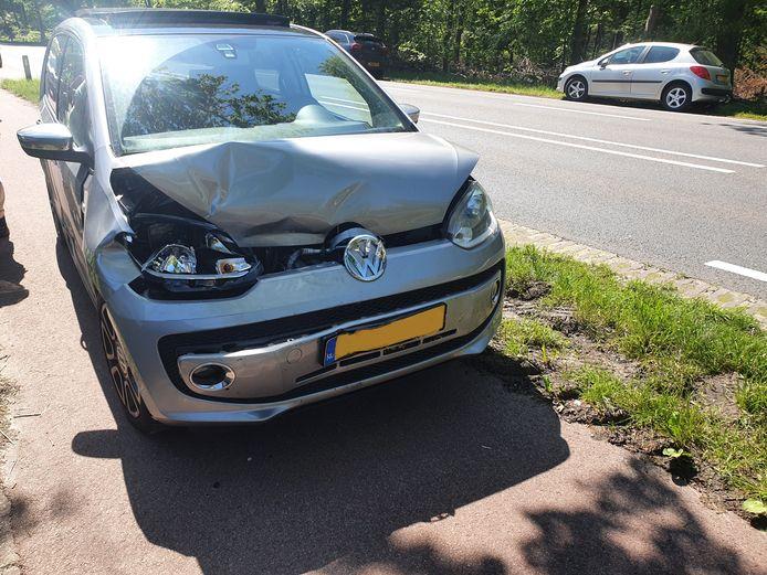 Bij een kop-staartbotsing in Diepenveen is veel schade ontstaan.