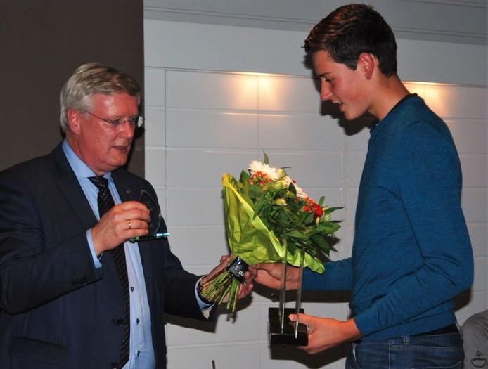 De burgemeester van Deventer met Julian Wendt, winnaar heren Overijssels golf kampioenschap 2016