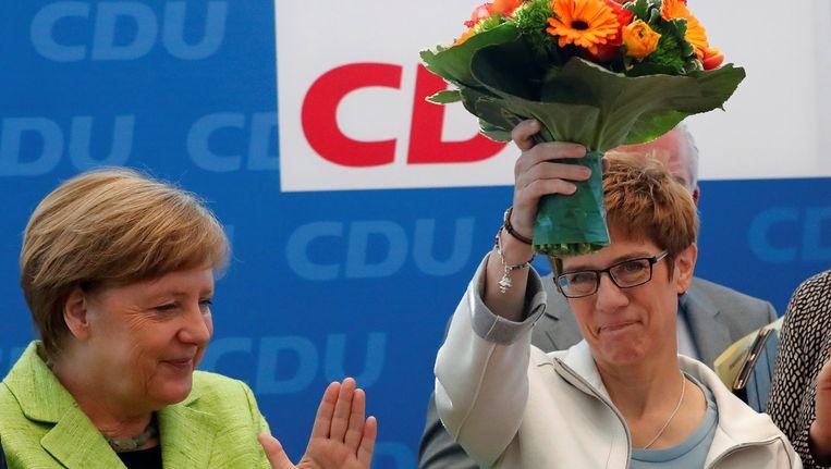 Angela Merkel feliciteert partijgenote Kramp-Karrenbauer. Beeld reuters