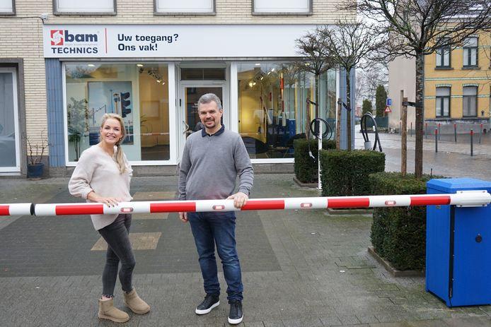Zaakvoerders Anke De Dauw en Nick Vandenbrouck plaatsten een slagboom op hun parking als ludiek uithangbord.