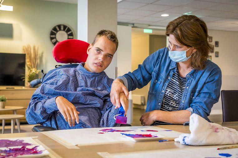 Bewoners van een woon-zorgcentrum voor mensen met een verstandelijke beperking tijdens een activiteit op de dagbesteding. Beeld ANP