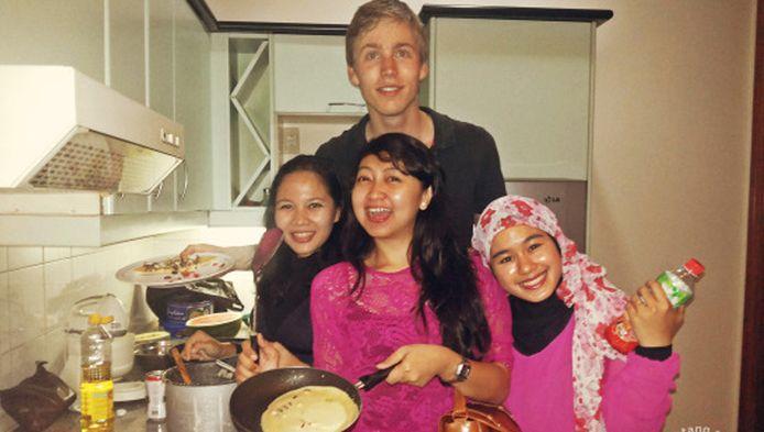 In Jakarta waren de dames nieuwsgierig hoe je nu eigenlijk zo'n oer-Hollandse pannenkoek bakt.