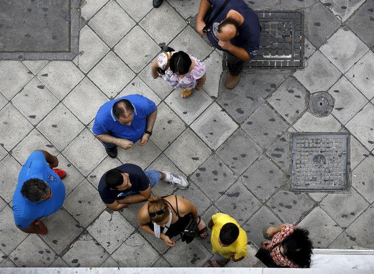 Veel Grieken nemen het zekere voor het onzekere en halen hun geld van de bank. Er wordt gevreesd voor een bankrun. Beeld REUTERS