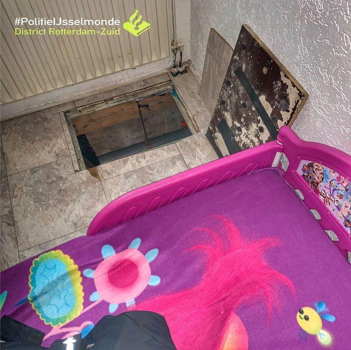Het kinderbedje stond boven de kruipruimte waar de kwekerij werd gevonden.