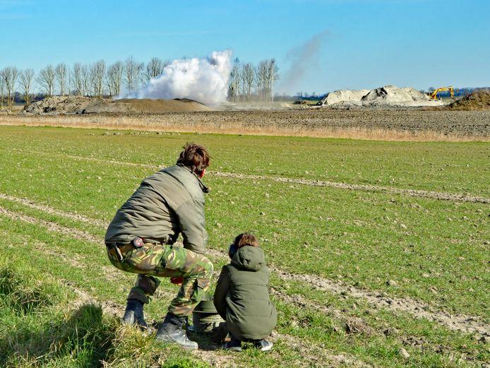 De EOD krijgt assistentie van een jong talent om de bom op een terrein aan de Coxydeweg tot ontploffing te brengen.