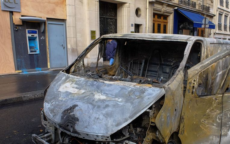 Een uitgebrande bestelwagen in Parijs. Beeld Photo News