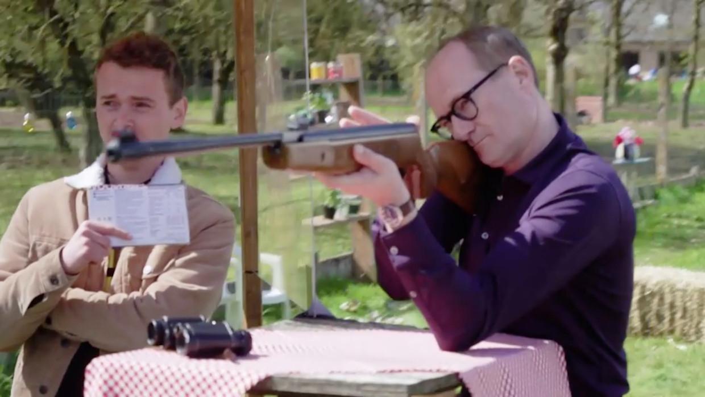 Ben Weyts neemt een ballon met Kristof Calvo's foto in het vizier in 'Shooting Stars'. Beeld Play4