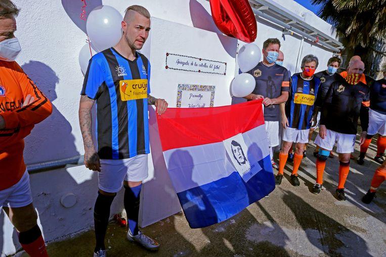 Kleinzoon Jesjua Angoy Cruijff (links, in het blauwzwart) en Todd Beane (rechts onder de 4), tijdens het eerbetoon aan Johan Cruijff van de Veteranen van Sitges. Beeld Edwin Winkels