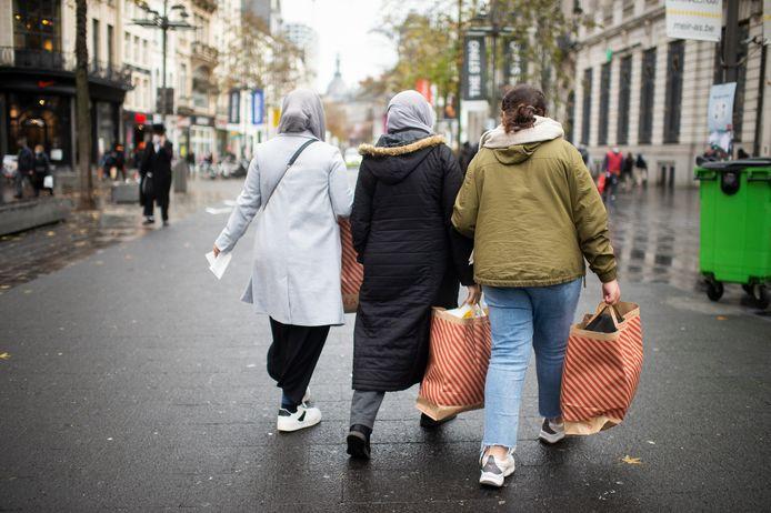 Sommige winkelaars kwamen buiten met goedgevulde zakken.